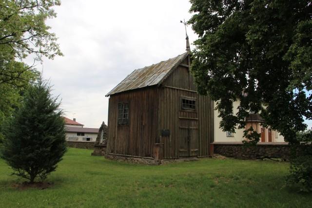 Kaplica cmentarna (dawna dzwonnica) z 1800 r. znajduje się w bardzo złym stanie technicznym, grożącym katastrofą budowlaną