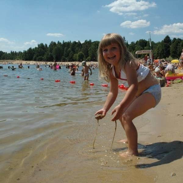 4-letniej Milence Tarasek, która nad Jezioro Nyskie przyjechała z mamą, ścisk na plaży nie przeszkadza.