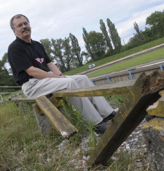 Większość kibiców, tak jak Tadeusz Pokusa, ogląda popisy żużlowców w Opolu siedząc na zdezelowanych ławkach, na trawie, a także stojąc. To na pewno nie są warunki na miarę XXI wieku.