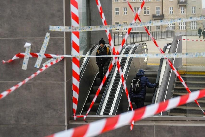 Piesi nie mogą korzystać ze schodów prowadzących z przejścia...