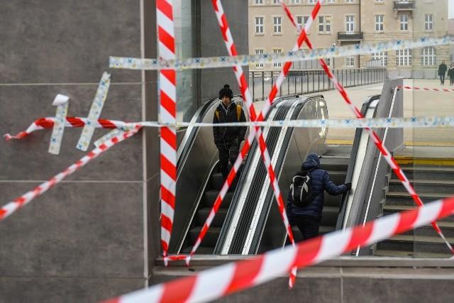 Piesi nie mogą korzystać ze schodów prowadzących z przejścia podziemnego pod Kaponierą w kierunku ulicy Święty Marcin. Powód?Przejdź do kolejnego zdjęcia --->ZOBACZ TEŻ: Zmiany na trasie PST od marca [SPRAWDŹ]MPK Poznań: Zderzenie dwóch tramwajów. Są ranni! Motorniczy uwięziony w kabinie [ZDJĘCIA]