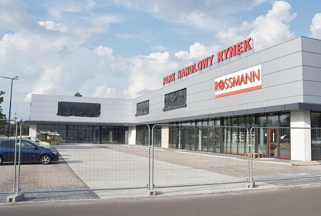 Tak prezentuje się obecnie Park Handlowy Rynek w Zawierciu. Jak widzimy drogeria Rossmann wygląda na gotową. Zobacz kolejne zdjęcia. Przesuń zdjęcia w prawo - wciśnij strzałkę lub przycisk NASTĘPNE