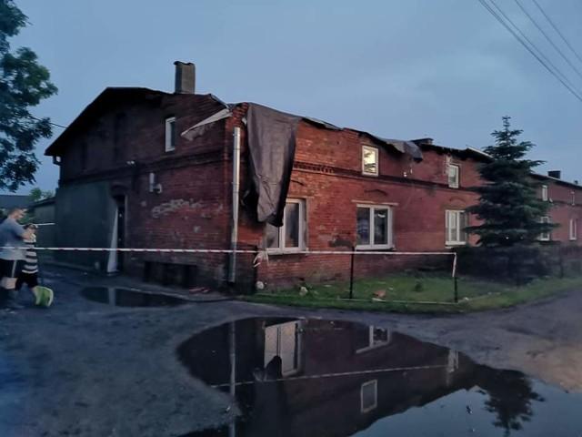 Do najpoważniejszej sytuacji doszło w Gąskach (gmina Gniewkowo). Tutaj wichura uszkodziła dach budynku komunalnego. Nikomu z domowników jednak nic się nie stało. Budynek wymaga jednak kapitalnego remontu.
