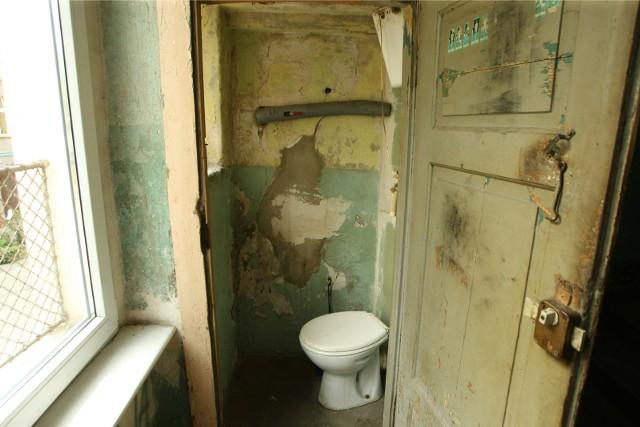 Opole. Opozycja skontrolowała politykę mieszkaniową miasta. Radni wskazują, że w mieście nie brak mieszkań, których lokatorzy muszą korzystać z toalet i łazienek dzielonych z sąsiadami.