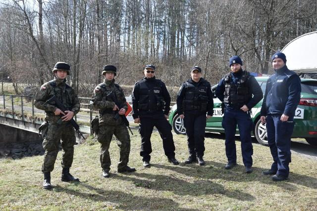 Wspólny patrol graniczny żołnierzy, policjantów i funkcjonariuszy Krajowej Administracji Skarbowej w Podlesiu.