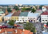 Wakacyjne wydarzenia kulturalne na Rynku w Krośnie. Koncerty, pokaz mody, warsztaty, zwiedzanie starówki. Zobaczcie na co się wybrać