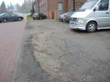 Parking przy policji wąski i dziurawy (wideo)