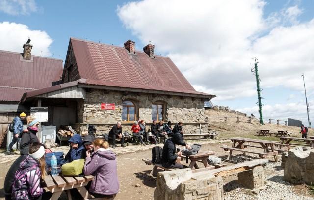 Turyści przed schroniskiem Chatka Puchatka na Połoninie Wetlińskiej.