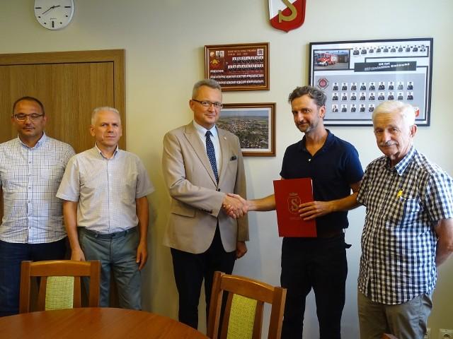 Umowa podpisana została w czwartek, 29 lipca, w siedzibie Urzędu Miejskiego w Zwoleniu. Wykonawca ma wejść na plac budowy w ciągu kilku najbliższych tygodni.