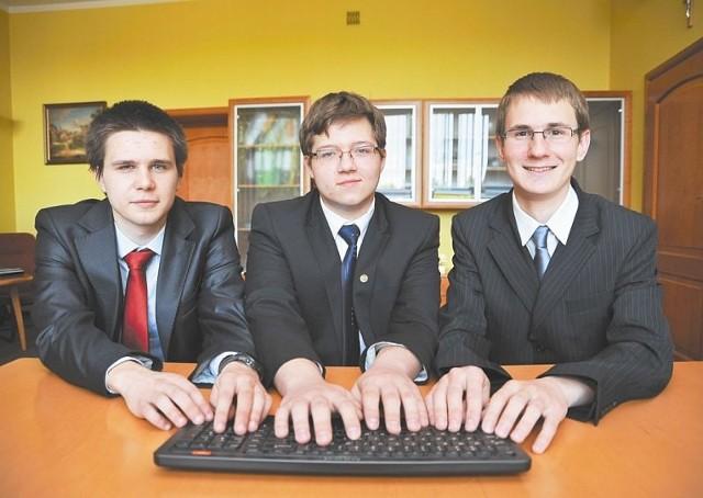 Marcin Baran (od lewej), Marek Klimowicz i Wojciech Solarz z II LO w Białymstoku pokonali ponad dwa tysiące ekip z całego kraju i znaleźli się w finale największego w Polsce konkursu wiedzy o technologiach informatycznych.