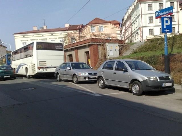 Tak kierowcy parkują w rejonie Placu Cichociemnych.