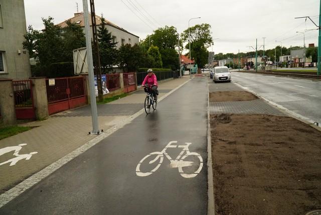 Droga rowerowa między ul. Jugosłowiańską a Ostroroga jest już używana przez rowerzystów, choć jeszcze wymaga drobnych prac i nie została formalnie odebrana.Przejdź do kolejnego zdjęcia --->