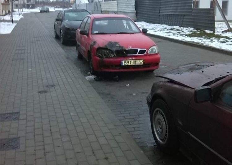 Właściciel pojazdu próbował samodzielnie ugasić ogień korzystając z węża ogrodowego.