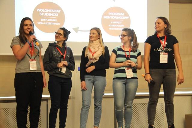 """Iga, Paulina, Natalia, Kornelia i Aleksandra mówiły, jak ważne jest takie """"obozowe"""" wsparcie: nowe kontakty, wsparcie, pewność siebie, inspiracja, zmiana myślenia i drogi życiowej, to tylko niektóre zalety."""