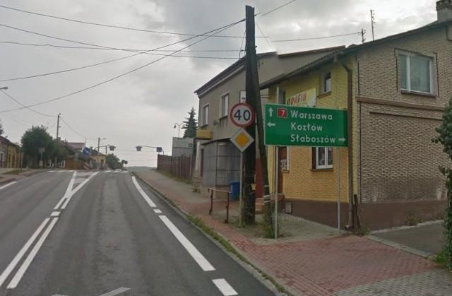 Oznakowanie na drodze krajowej nadal kieruje samochody przez rynek w Książu Wielkim