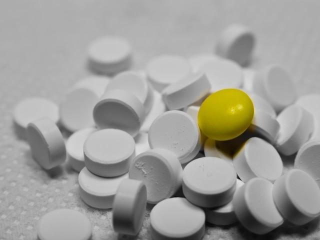 Niektóre tabletki wyglądają jak kolorowe cukierki dlatego trzeba je przechowywać w miejscu niedostępnym dla dzieci.