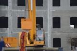 Zgierz: Żuraw pracuje budowie nowej siedziby MOK