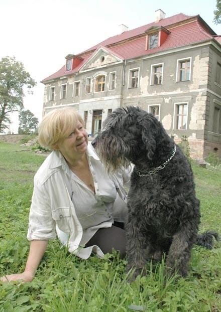 Lena Brudzińska przyjeżdża do Chich w maju i zostaje do jesieni. Wtedy w pałacu trwają remonty. Artystce towarzyszy wierna suczka Bomba.