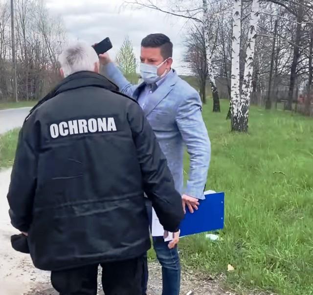 Ochroniarz zakłócił konferencję posła Koperskiego, jaką ten zaplanował przed terenem dawnej ciepłowni w Wapienicy