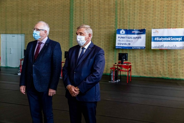 Konferencja prasowa prezydenta Tadeusza Truskolaskiego i prof. Roberta Flisiaka masowym punkcie szczepień, którzy mieści się w szkole przy ul. Komisji Edukacji Narodowej