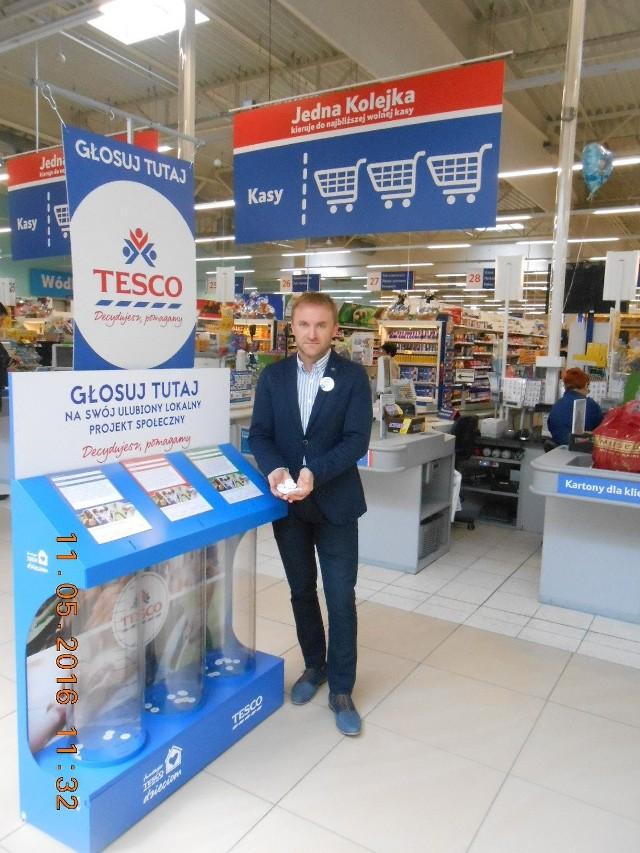 Robert Prokopiuk, dyrektor Tesco Extra w Kielcach prezentuje żetony do głosowania, które wrzucać można do 7 czerwca do urn.
