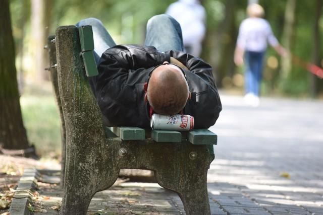 Alkoholicy okupują ławki w centrach miast / zdjęcie ilustracyjne