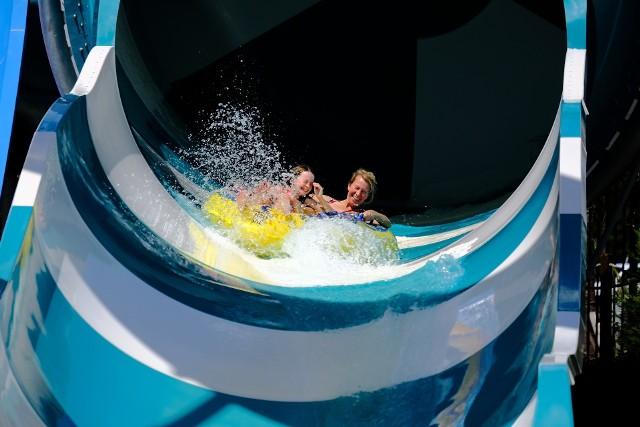 Tu popływasz z rekinami, dasz nura w basenie z wodą morską, zjedziesz z multimedialnej zjeżdżalni czy doświadczysz ochłody, delektując się widokiem na Giewont. Serwis Travelist.pl wybrał TOP 10 najlepszych polskich parków wodnych, które dostarczą niezapomnianych wrażeń całej rodzinie!Zobacz TOP 10 najlepszych aquaparków w Polsce wg Travelist na kolejnych slajdach. Aby przejść do kolejnego zdjęcia przesuń stronę gestem lub kliknij strzałkę w prawo na zdjęciu >>>Zobacz wideo: Nieudane wakacje? Masz prawo do reklamacji!