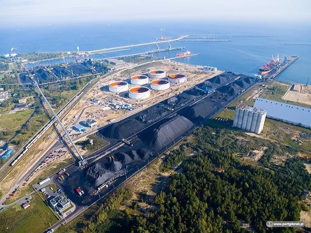 W ramach inwestycji w porcie pojawią się m.in. dodatkowy tor do terminala DCT, nowe tory do terminali węglowych oraz nowoczesny system sterowania ruchem kolejowym.
