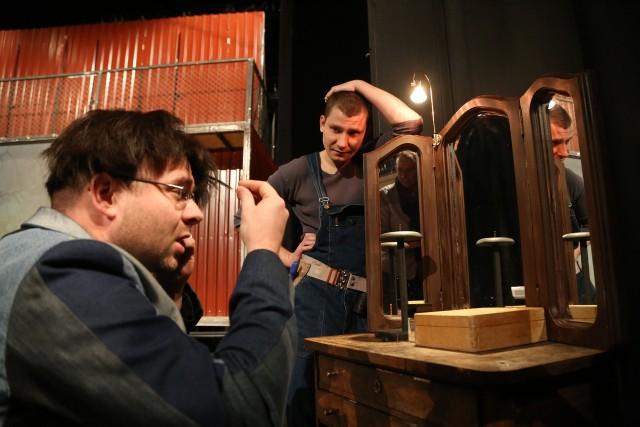"""W spektaklu """"Czego nie widać"""" występuje dziewięcioro aktorów Teatru Dramatycznego m.in. Piotr Półtorak (na zdjęciu z lewej) i Mateusz Witczuk"""