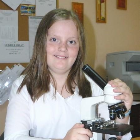 - Podczas lekcji będziemy korzystać z tych mikroskopów - cieszy się Ula Kostrzewa, która jest uczennicą czwartej klasy w SP nr 3.