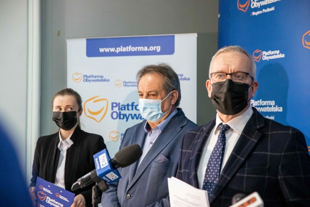 Na zdjęciu (od lewej): Jowita Chudzik (białostocka radna KO), Leszek Cieślik (radny miasta Augustów i były burmistrz Augustowa), Robert Tyszkiewicz (podlaski poseł KO)