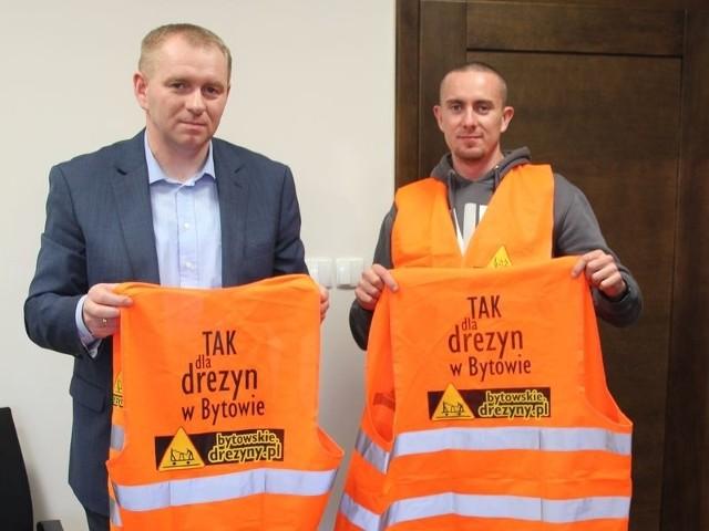 Jacek Żmuda-Trzebiatowski, starosta bytowski (z lewej), dostał koszulkę od drezyniarzy. Podoba mu się ich idea.