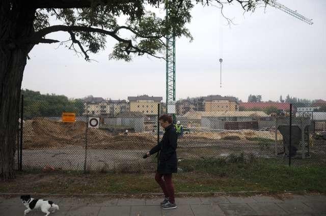 Na lewym brzegu Torunia możemy mówić o boomie budowlanym, który mocno zmieni tamtejszy rynek nieruchomości, na zdjęciu nowe budynki, które powstają przy ulicy Strzałowej
