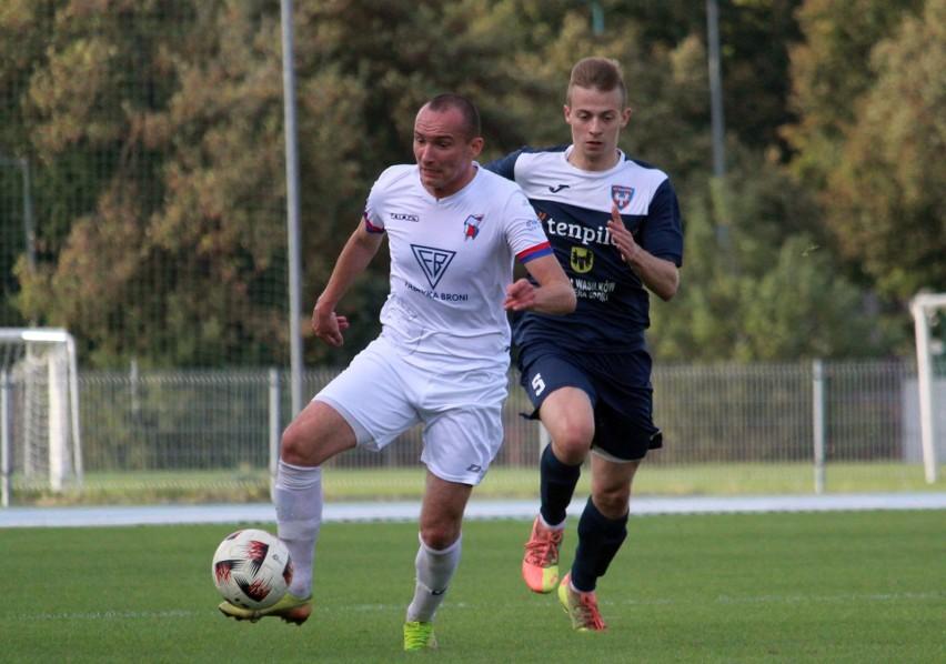 Fragment meczu Broń - Wasilków. Z lewej autor bramki dla Broni, Bartłomiej Smuczyński