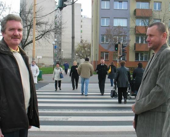 Bogusław Wróblewski z firmy Elfaz i Waldemar Duszeńko z głogowskiego oddziału GDDKiA zobowiązali się zgłosić, że ze sterownikami na tym przejściu jest coś nie tak.