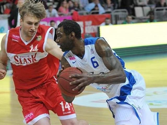 Qyntel Woods ( z piłką) podczas meczu ze Śląskiem Wrocław