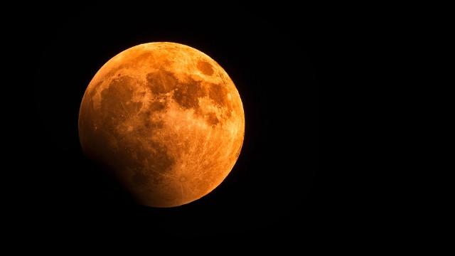 Truskawkowy Księżyc to ostatnia wiosenna pełnia Księżyca i półcieniowe zaćmienie 5.06.2020. Wyjątkowe zjawisko astronomiczne trzeba obejrzeć