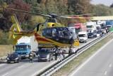 Na autostradzie A4 pod Wrocławiem lądował śmigłowiec LPR. Zabrał rannego w wypadku, samochody stoją w gigantycznym korku