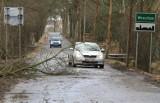 Wrocław: wiatr zerwał blachę z garażu policji