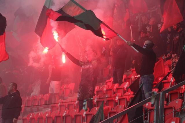 Mecz GKS Tychy - Widzew Łódź przez gryzący dym i racowisko.
