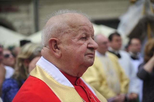"""Kardynał Stanisław Dziwisz jest bohaterem głośnego reportażu """"Don Stanislau"""". Partia Razem chce odebrania kardynałowi tytułu honorowego obywatela Krakowa"""