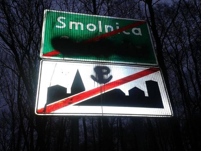 Zamalowana tablica wsi Smolnica