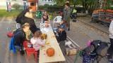 Dyniowy piknik na Retkini - sąsiedzi wspólnie wycinali wzory w dyniach i jedli dyniową zupę