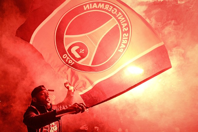 Kibicom PSG koronawirus niestraszny. Show przed stadionem