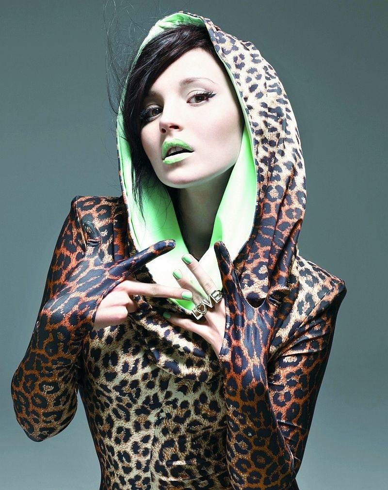 Panterkowe ciuchy, miętowy kolor paznokci i ust - oto styl Mariny.