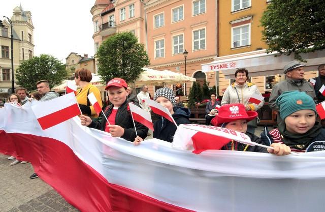 Dziś, 2 maja przypada Dzień Flagi Rzeczypospolitej Polskiej. Niestety, z powodu pandemii w tym roku z nie ma imprez zorganizowanych z okazji Dnia Flagi. Wspominamy więc, jak ten dzień świętowaliśmy w Grudziądzu, w latach 2016-2019.