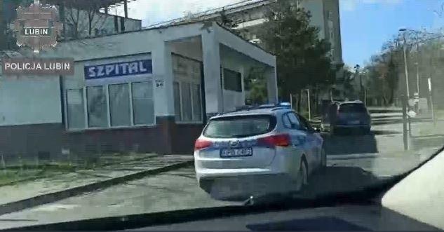 Policjanci eskortowali auto z rannym chłopcem do samego szpitala w Lubinie.