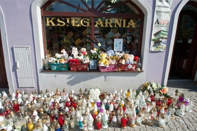 Kamienna Góra- znicze w miejscu w którym została zamordowana 10 letnia dziewczynka przez Samuela N. który chwilę wcześniej był w urzędzie pracy