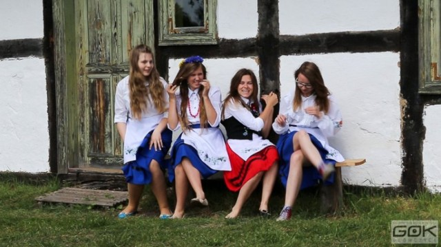 """Uczennice z Pobłocia nagrały cover piosenki """"Ona tańczy dla mnie"""" w wersji kaszubskiej."""