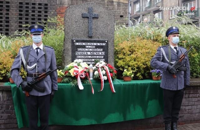 Minęło 29 lat od tragicznej śmierci policjanta na służbie. Złożono kwiaty i zapalono zniczeZobacz kolejne zdjęcia. Przesuwaj zdjęcia w prawo - naciśnij strzałkę lub przycisk NASTĘPNE